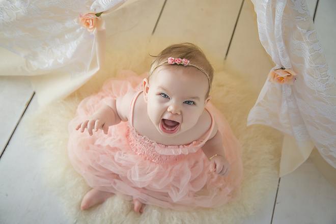 Bé gái cười vui