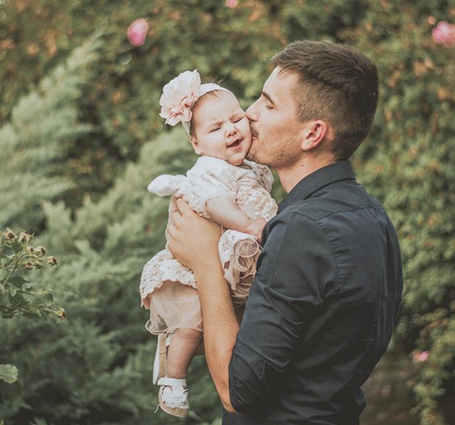 Bố bồng bé gái