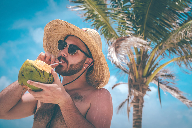Người đàn ông uống nước dừa