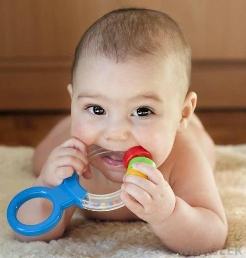 21305-baby-chewing-on-teething-ring-3254-1434103113.jpg