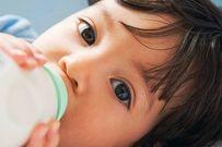 Trẻ nhỏ bú sữa bình vào ban đêm sẽ ảnh hưởng xấu đến răng miệng