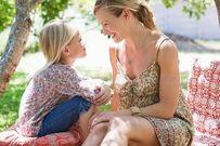 Con gái có kinh nguyệt lần đầu: 7 lưu ý cho mẹ