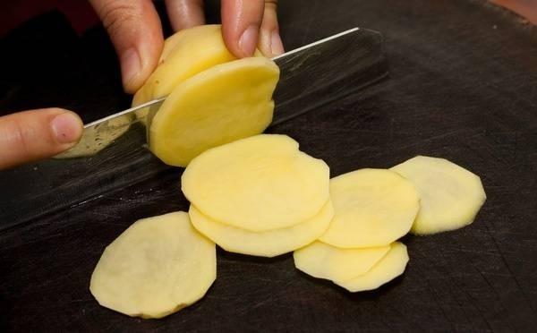 Khoai tây là nguyên liệu lí tưởng để phục vụ việc làm đẹp