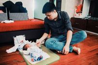 Khoảnh khắc ngọt ngào của một ông bố đơn thân chăm con trai chưa đầy 1 tháng tuổi