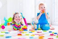 Mách mẹ bí quyết mua đồ chơi phù hợp, an toàn với trẻ từ 0 - 12 tuổi