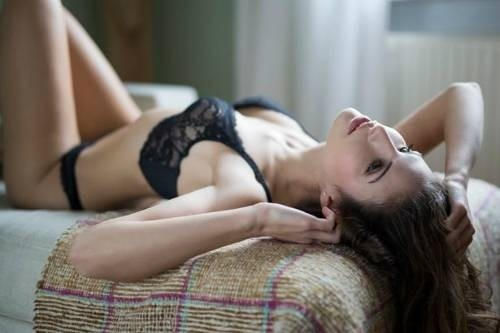 36142-woman-in-lingerie-lying-on-cou-8194-8440-1445046132.jpg