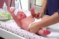 Tiết lộ 11 điều mẹ chưa biết về phân của trẻ sơ sinh