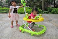 Cho trẻ ngồi xe tập đi: lợi ít hại nhiều