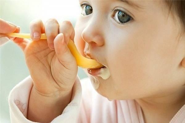 Vì sao trẻ hay ăn ngậm và phun thức ăn