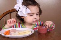 Tuyệt chiêu giúp con tự xúc thức ăn khi đến tuổi tập đi