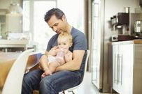 8 lời khuyên giúp bố tự tin hơn với quyết định nghỉ việc ở nhà chăm con