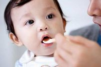 4 lý do thuyết phục mẹ không nên cho trẻ vừa ăn vừa uống nước