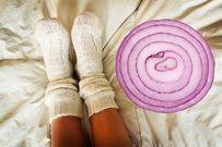 Khi trẻ bị ho, đặt một lát hành tây dưới bàn chân khi ngủ sẽ thấy tác dụng tuyệt vời