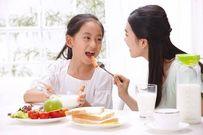10 lỗi cha mẹ hay mắc phải khi cho con ăn uống