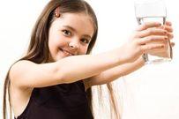 Mẹ có biết cơ thể trẻ cần bao nhiêu nước mỗi ngày?