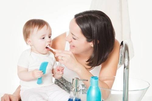 Kết quả hình ảnh cho đánh răng cho trẻ bằng nước sạch
