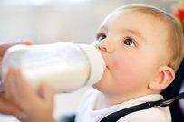 Cho trẻ uống sữa công thức, sữa bò, sữa hạt thế nào mới tốt?