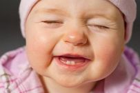 Hướng dẫn mẹ chăm sóc răng bé để không mọc lệch, xỉn màu