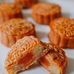 Hướng dẫn cách làm bánh Trung thu truyền thống với nhân hạt sen và lòng đỏ trứng muối