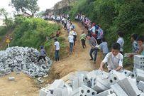 Học sinh ở Điện Biên xếp hàng chuyền gạch xây dựng trường