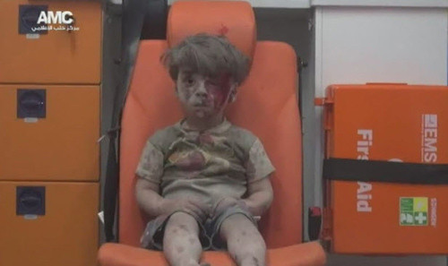 xot-xa-cau-be-syria-day-bui-va-mau-duoc-loi-ra-tu-ngoi-nha-bi-danh-bom-8-18-2016-11-04-39-am.jpg