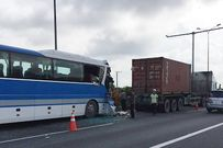 Xe khách đâm container khiến 1 người chết, nhiều người bị thương
