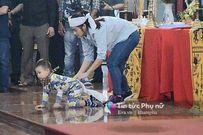 Xé lòng hình ảnh con trai khóc bò tìm cha trong tang lễ 3 phi công hi sinh