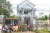Hàng trăm người vây kín xung quanh khi đưa thi thể 2 mẹ con tử vong trong biệt thự về nhà