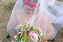 Không thuê được lễ phục vì quá béo, cô dâu chú rể 'nude' trong đám cưới