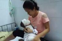 Mẹ sơ sẩy, con trai 11 tháng tuổi bị cả ấm nước siêu tốc đổ từ đầu xuống chân
