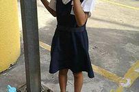Mẹ xích con gái 8 tuổi vào cột đèn vì tội trốn học khiến nhiều người bức xúc