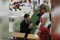 Chú rể trao nhẫn cho con gái riêng của cô dâu, lý do sau đó khiến triệu người xúc động