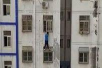 Người đàn ông tay không leo lên tầng 3 giải cứu bé trai bị kẹt cổ rơi ngoài ban công