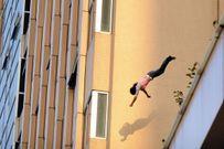 Người phụ nữ nhảy lầu tự tử vì bị chồng mắng ngu ngốc khi giải sai toán cho con