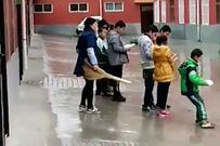 Phẫn nộ cô giáo Trung Quốc đạp học sinh vì không làm bài tập về nhà