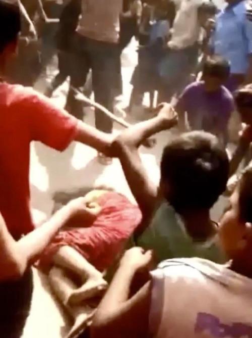 nguoi phu nu bi nhom dan ong danh dap den bat tinh vi nghi giet chong woman beaten unconscious by local mob in india after husbands death  1 .jpg