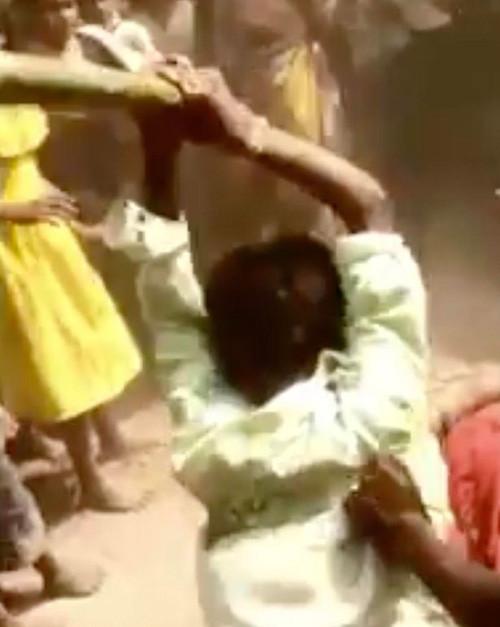 nguoi phu nu bi nhom dan ong danh dap den bat tinh vi nghi giet chong woman beaten unconscious by local mob in india after husbands death.jpg