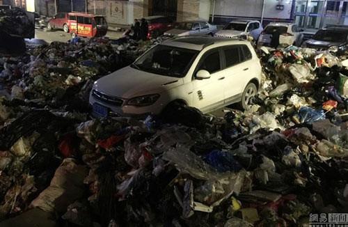 voi-vang-do-xe-de-di-nhau-nguoi-dan-ong-het-hon-thay-o-to-ngap-trong-10-tan-rac-parked_car_trashed3.jpg