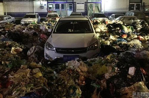 voi-vang-do-xe-de-di-nhau-nguoi-dan-ong-het-hon-thay-o-to-ngap-trong-10-tan-rac-parked_car_trashed4.jpg