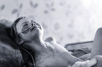Cha đau thắt lòng chụp ảnh con gái 4 tuổi quằn quại với căn bệnh ung thư