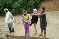 Dùng chài lưới, đổ dầu nhớt xuống vực tìm học sinh nghi lũ cuốn