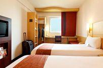 Khách nữ tá hỏa phát hiện khách sạn cài máy quay lén chiếu thẳng giường