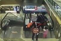 Video sốc: Bà tuột tay làm rơi cháu 4 tháng tuổi từ thang cuốn tầng 3 xuống đất