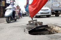 """Mặt đường ở Sài Gòn bất ngờ """"biến mất"""" tạo hố sâu 2m"""