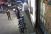 Tủ đựng đồ trước siêu thị bất ngờ đổ xuống, đè chết bé trai 6 tuổi