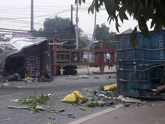 ha noithung xe container vang xuong duong 2 nguoi tu nan 2.jpg