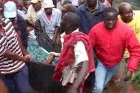"""Kenya: Cặp đôi ngoại tình """"dính chặt"""", cả làng kéo đến xem"""