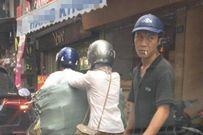 Dửng dưng nhìn gã đàn ông móc ví giữa phố Hà Nội