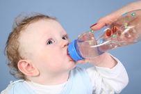 Có nên cho trẻ sơ sinh uống nước và sự thật khiến mẹ ngã ngửa
