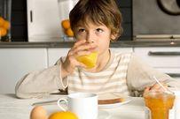 Cho con uống nước cam buổi tối có tốt cho sức khỏe không?